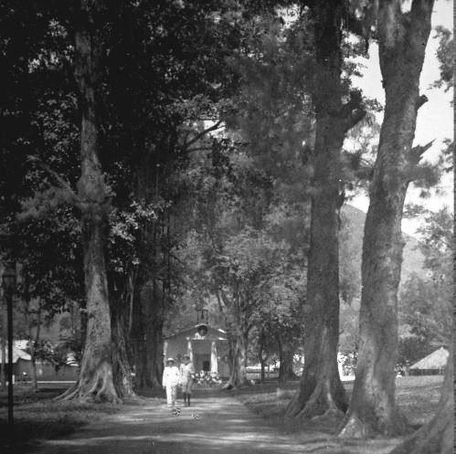 collectie_tropenmuseum_een_laan_die_uitkomt_bij_de_kerk_in_bandaneira_1925-copy