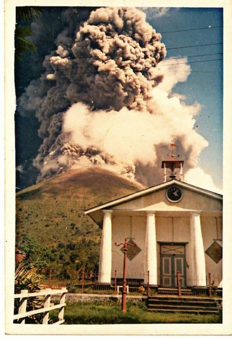 Gunung Api erupting