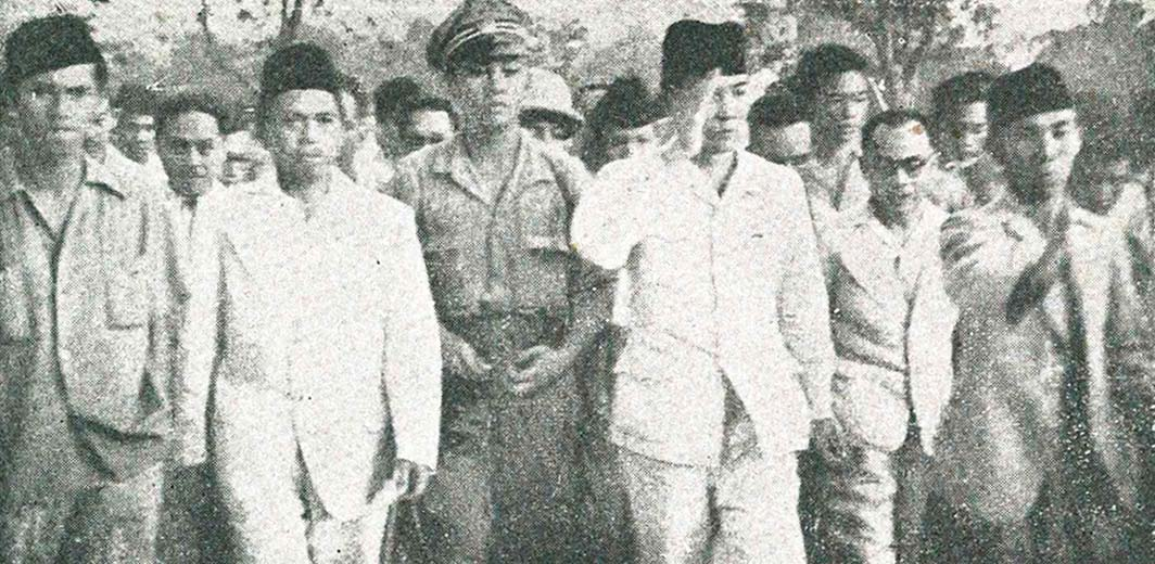 Blitar Sukarno_arriving,_Impressions_of_the_Fight_September 1945