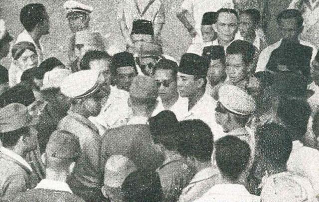 Blitar Sukarno_blocked_from_speaking,_Ikada Square