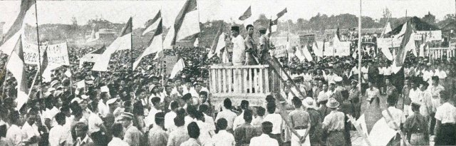 Blitar Sukarno_speaking_on_podium,_Impressions_of_the_Fight_..._16 August